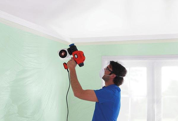 Использование пульверизатора для окраски потолка - это отличная замена ручному методу нанесения краски