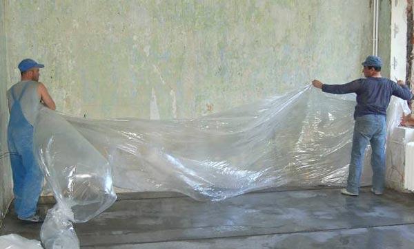 Чтобы уберечь невысохшее покрытие от попадания пыли и грязи, а также для более быстрого застывания стяжки, пол укрывают полиэтиленом