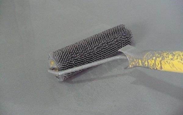 Прокатывание пола валиком для удаления пузырьков воздуха