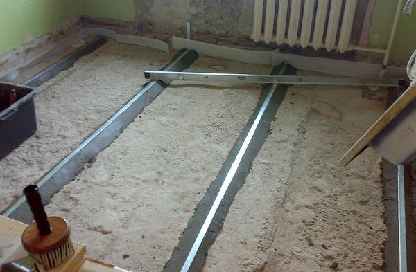 Проверка ровности установки маяков с помощью строительного уровня