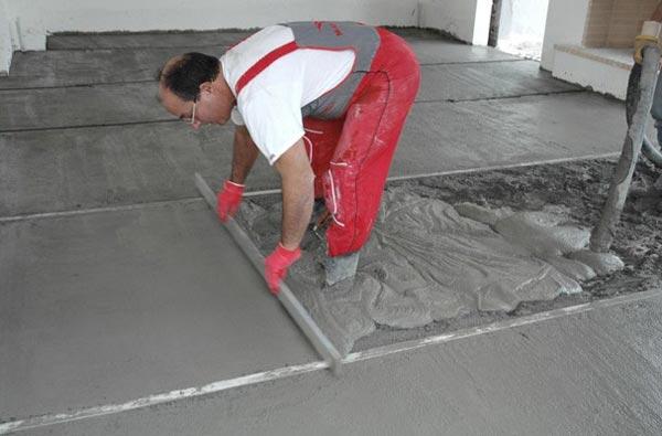 Мокрая стяжка не требует большого опыта и профессионального оборудования, ее легко сделать своими руками