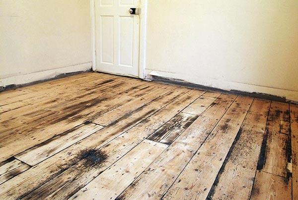 Деревянное покрытие, пораженное плесенью, подлежит полному удалению, невыполнение этого условия подвергает здоровье жильцов опасности
