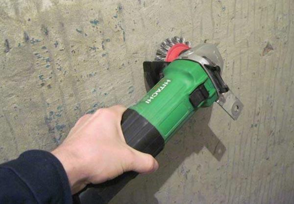 Если старые рулонные изделия не удаляются с помощью воды или других растворителей, применяется шлифовальная машинка с щеткой