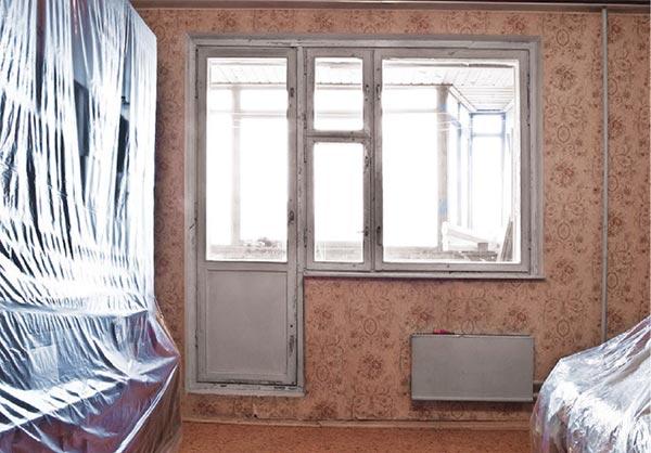Перед тем как приступить к удалению старых обоев, мебель и пол следует накрыть пленкой