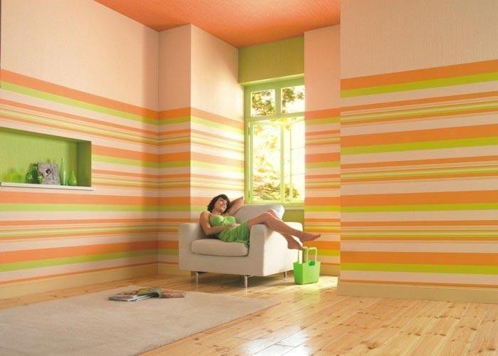 Для комнаты с высокими потолками применяется горизонтальное деление поверхностей