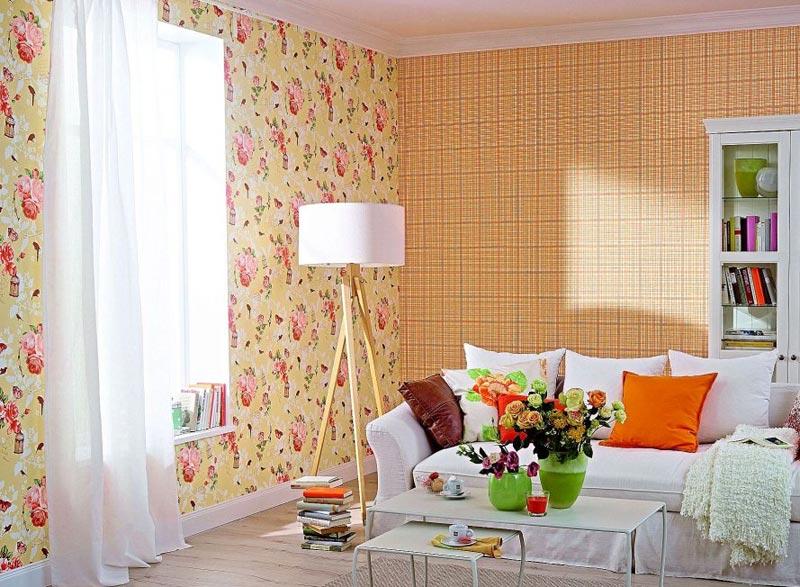 При выборе отделки под светлую мебель необходимо обратить внимание на яркие, привлекающие внимание обои