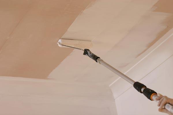 Окраска потолка из фанеры идентична работам с поверхностью из гипсокартонных листов