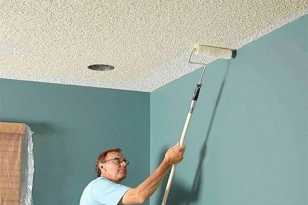 Структурная штукатурка - отличный вариант для финишной отделки потолка из фанеры