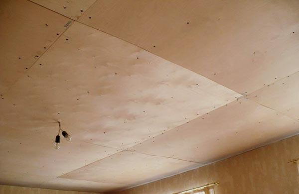 Подшитый фанерой потолок