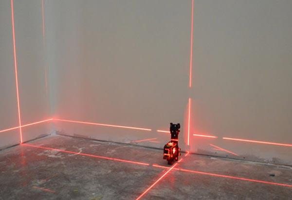 Лазерный уровень помогает быстро определить величину отклонения, и если показатели составляют 2-3 мм, то такая стена не требует предварительного выравнивания