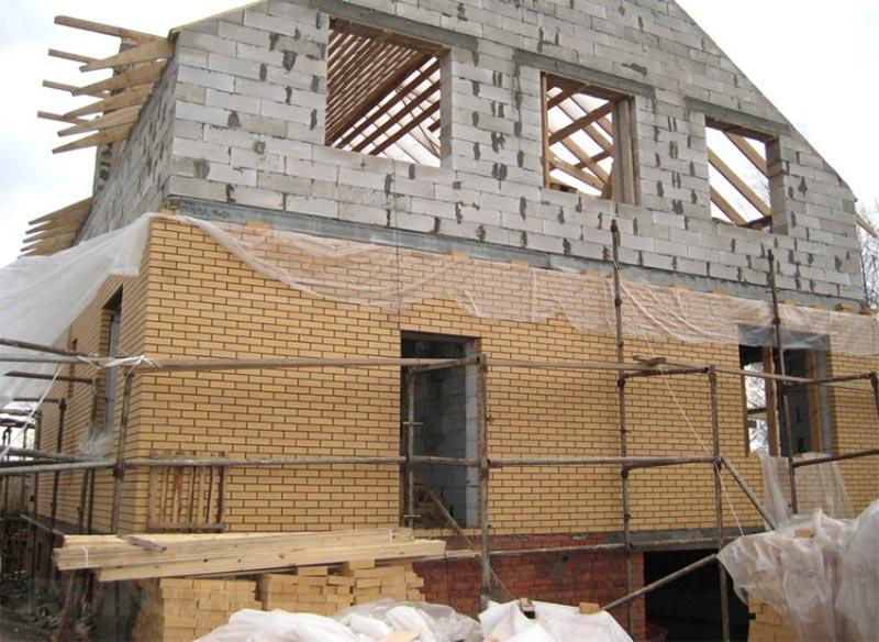 Процесс облицовки пеноблочного дома кирпичом