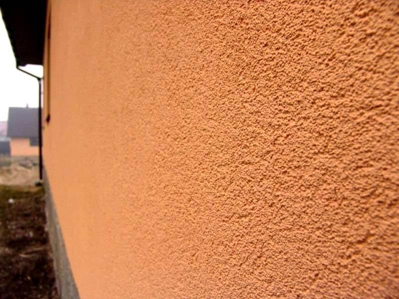 Стена дома, покрытая декоративной фасадной штукатуркой