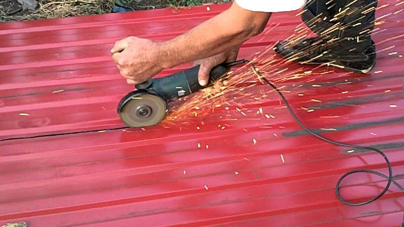 Во избежания ржавчины обрезанный край профнастила следует обработать защитным составом, например, краской