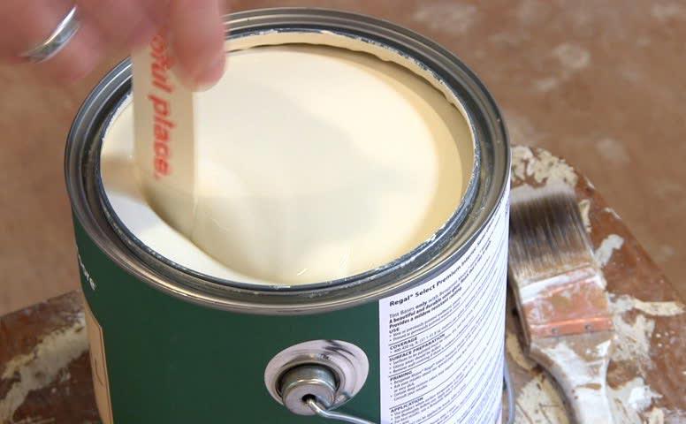 Решая сколько добавить растворителя в краску, важно учесть что при низкой температуре состав имеет свойство густеть, а в жару — становиться более жидким