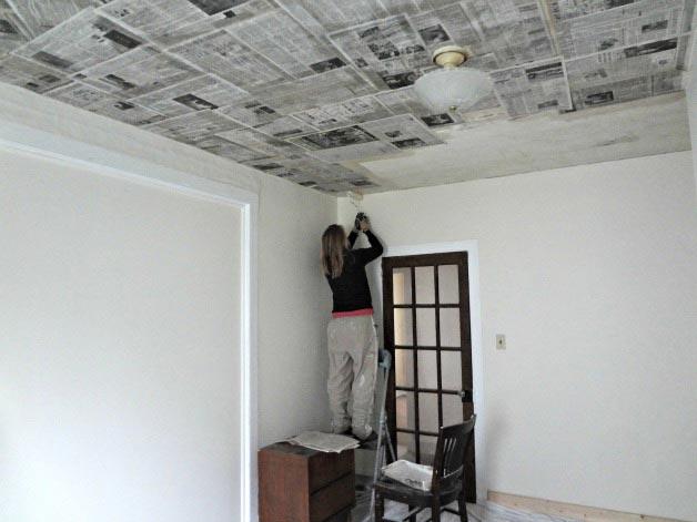 Чтобы было легче снять приклеенные газеты с потолка, края боковых листов оставляют сухими либо загибают