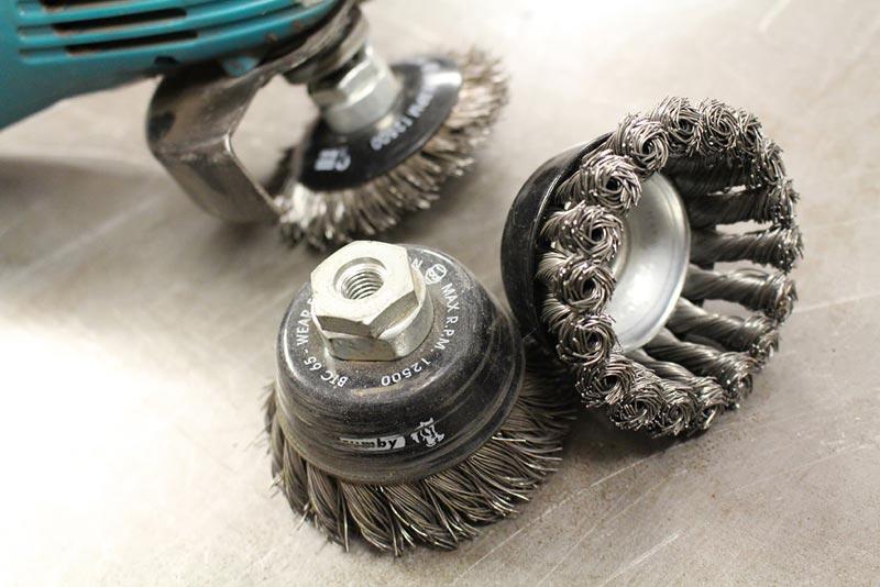 Металлические щетки для зачистки поверхности