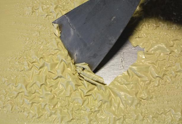 Вне зависимости от выбранного типа смывки, составы работают по одному принципу: они разрушают структуру краски, позволяя при помощи шпателя удалять старое покрытие