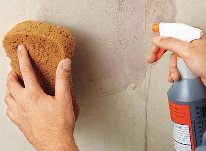 Вода – это простой и доступный способ избавления от водоэмульсионной краски, однако этот метод работает только с неводостойкими видами краски