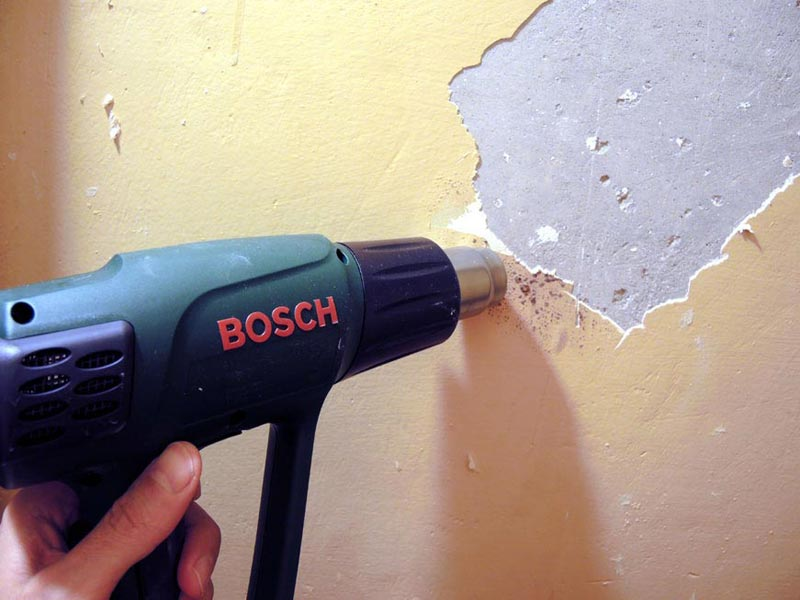 Процесс удаления краски строительным феном