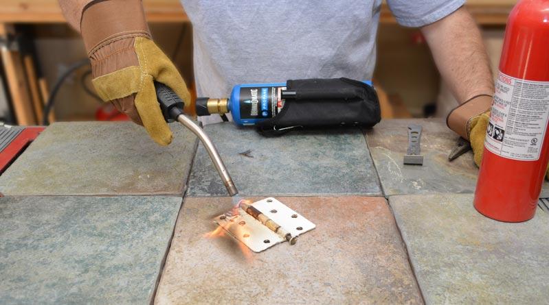 Удаления лакокрасочного покрытия термическим методом основано на том, что высокая температура разрушает сцепление между краской и поверхностью