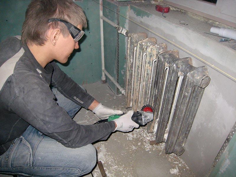 С помощью болгарки или дрели со специальными металлическими щетками можно быстро и качественно снять старую краску, недостаток метода – большое количество пыли