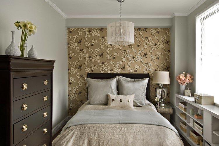 Акцент на стене у изголовья кровати