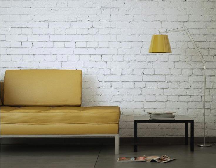 Гармонично сочетается с белой «кирпичной» кладкой современная мебель контрастных цветов