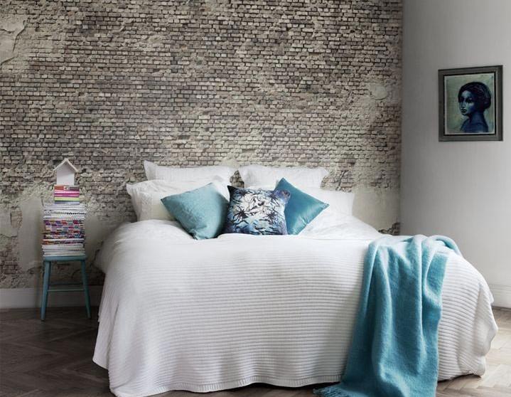 Сочетание серых обоев под кирпич с белым цветом текстиля и стен