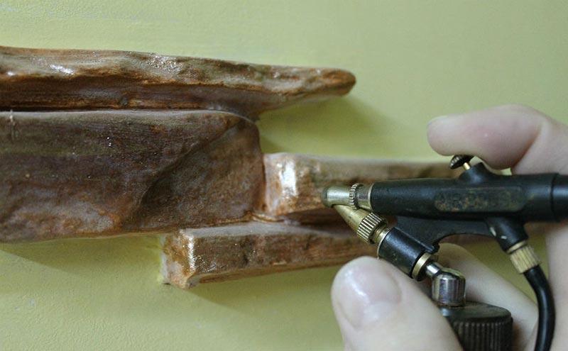 Процесс окрашивания камня из гипса в темно-коричневый цвет с бронзовым отливом