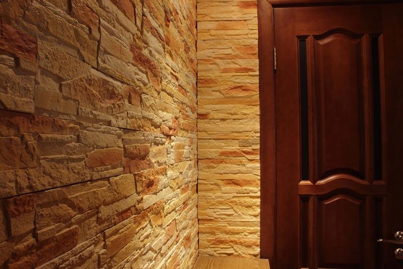 Купорос придает гипсу красивый желтый оттенок, но для достижения сходства с натуральным камнем производят дополнительное окрашивание краской отдельных участков плитки