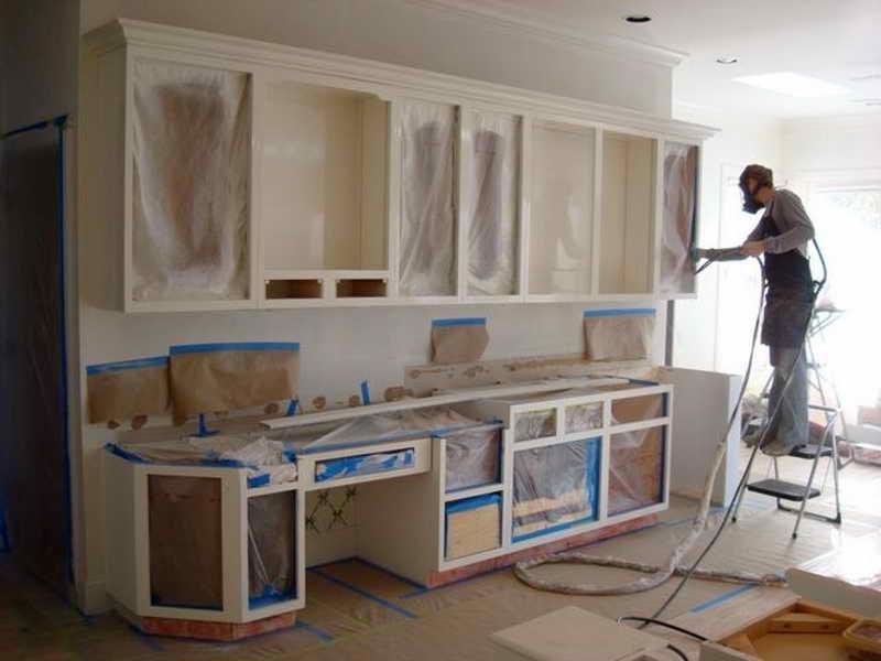 На подготовительном этапе важно закрыть пол, стены и те участки мебели, на которые не должна попасть краска, особенно при работе с краскопультом