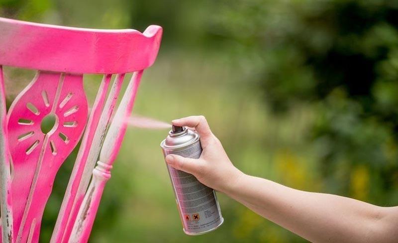 При работе с баллончиком краска разлетается в разные стороны, поэтому лучше всего проводить окрашивание на улице, либо предварительно укрыть все предметы вокруг мебели