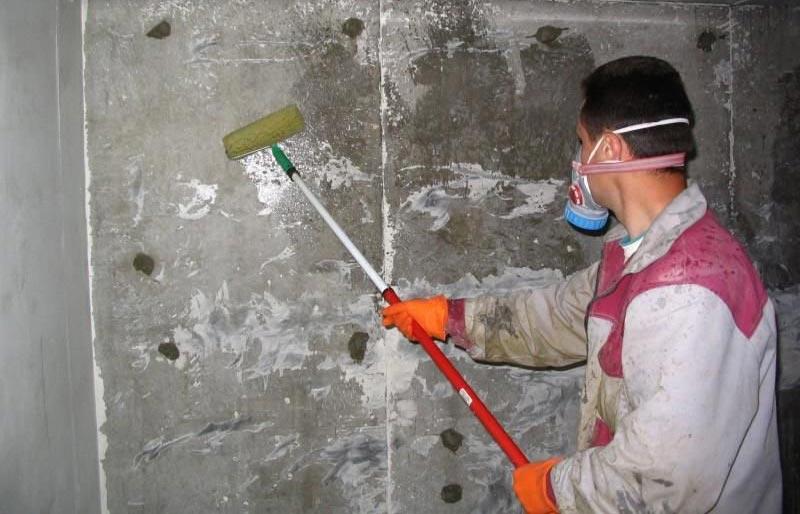Процесс грунтовки стен