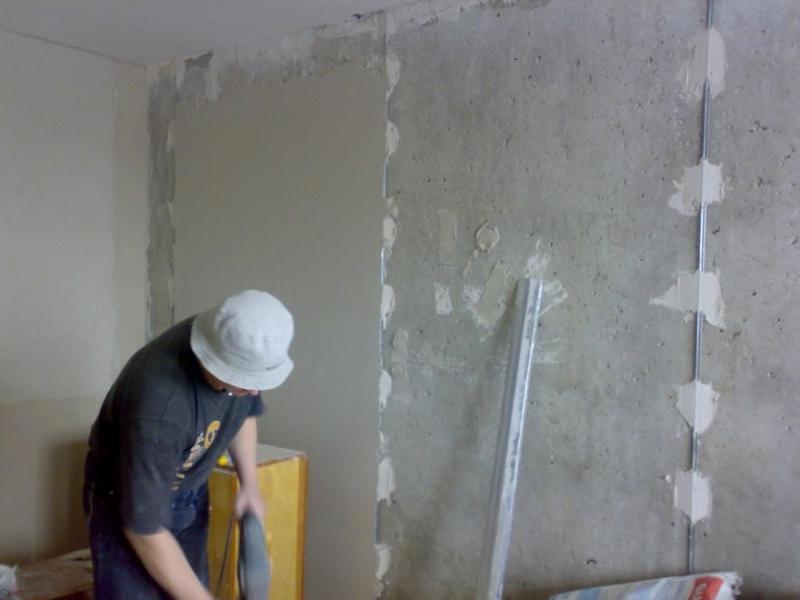 Процесс выравнивания бетонной стены