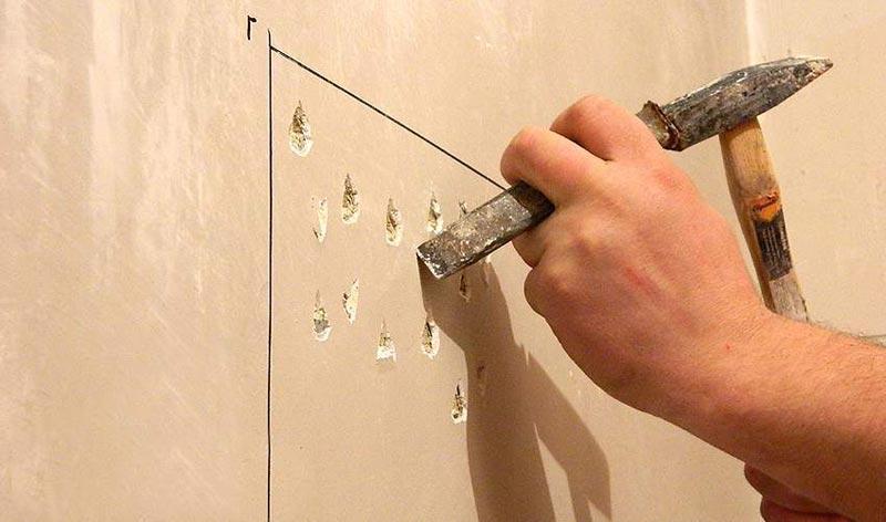Чтобы увеличить сцепление штукатурки со стеной на бетонной поверхности делают насечки