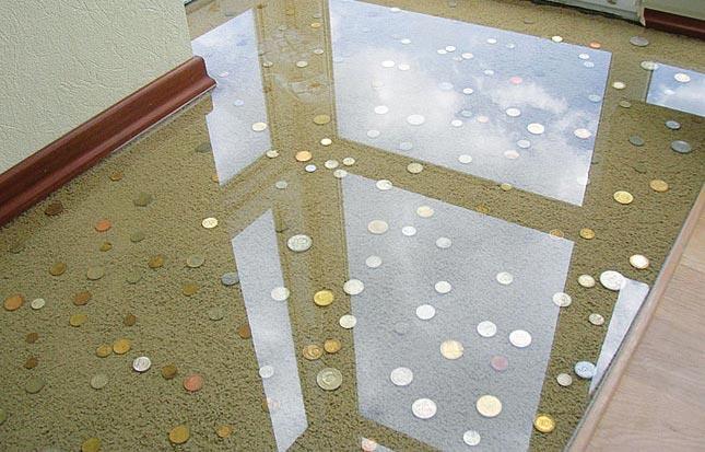 Прозрачный эпоксидный состав, залитый поверх монет