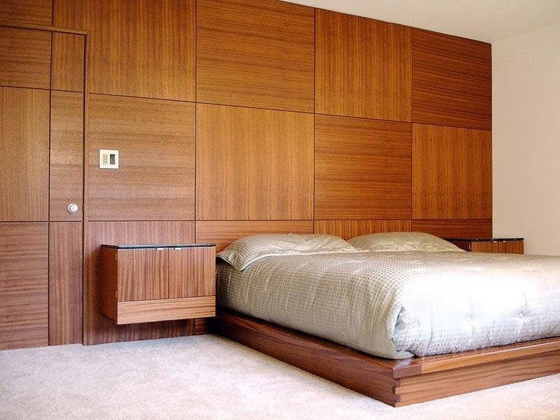 Облицовка одной из стен спальни панелями
