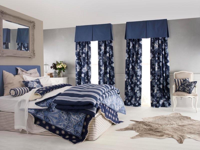 Простым и удачным вариантом при оформлении интерьера будет схожая цветовая гамма для штор и постельного белья