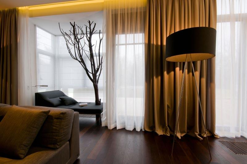 Плотные тяжелые шторы можно сочетать с легкими гардинами или тюлем