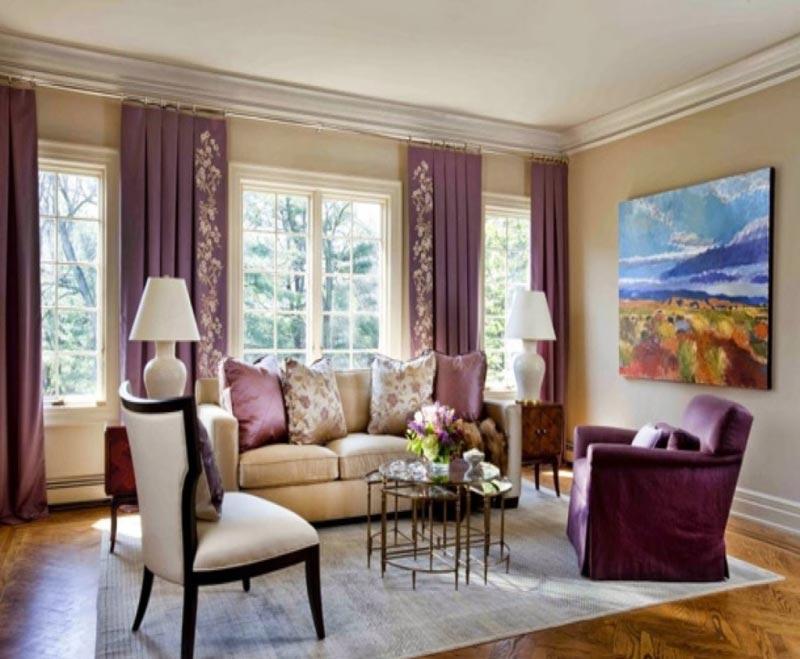 Сочетание бежево-серого цвета стен с лиловыми занавесками