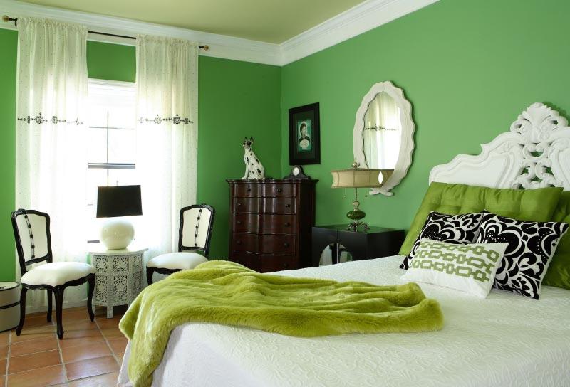 Белые шторы отлично сочетаются с любым цветом стен, в том числе и с зеленым