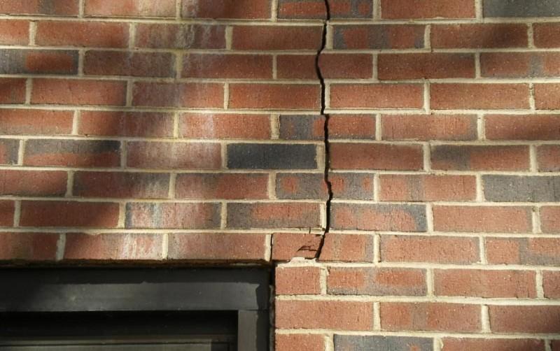 Чаще всего на новом доме трещины появляются из-за усадки строения