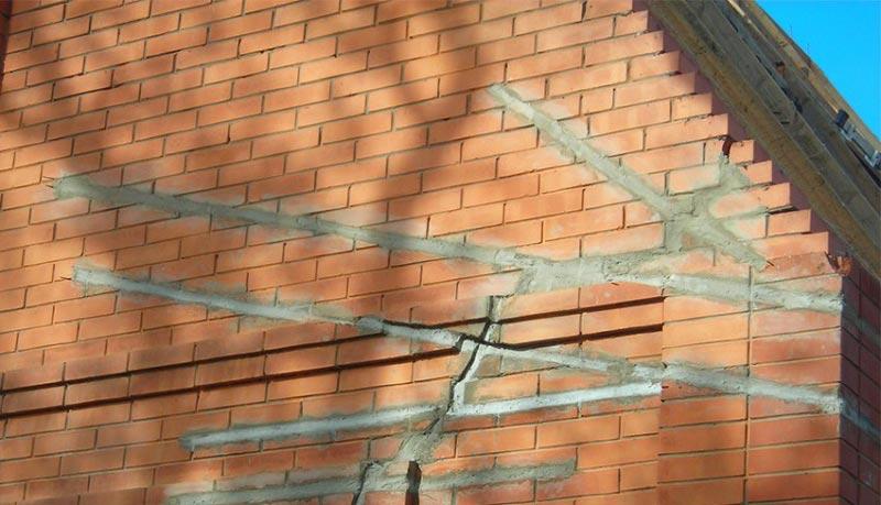 Заделанные трещины на фасаде дома