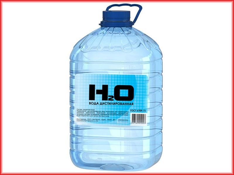 Дистиллированную воду можно найти практически в любом строительном или автомагазине, реже встречается в аптеках