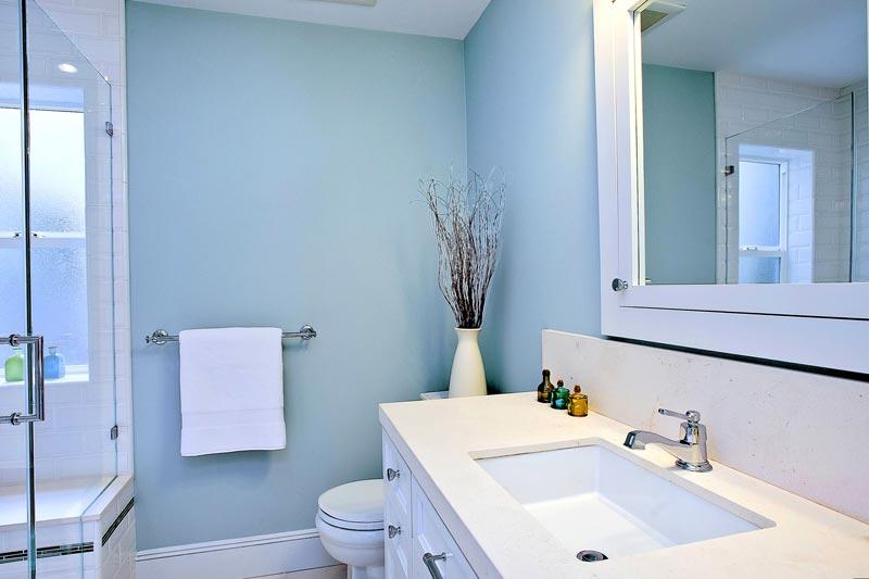 Ванная ассоциируется с водой, поэтому для ее покраски чаще всего выбирают голубой цвет и его оттенки