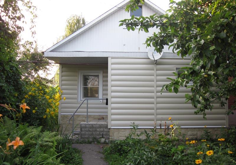 Светлые панели отлично подойдут для домов, окруженных кустарниками и деревьями