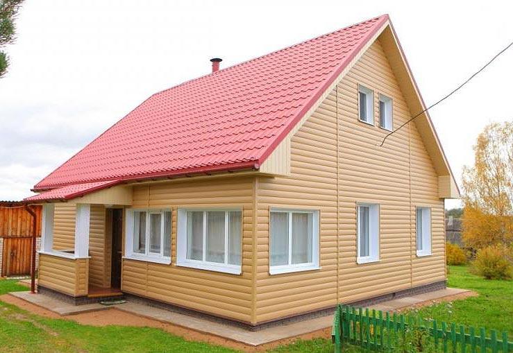 Светлый блок-хаус отлично сочетается с красной крышей