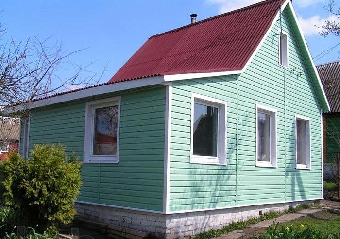 Коричневая крыша и светло-зеленая обшивка