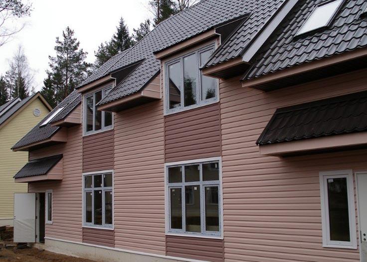 Фотография дома, обшитого сайдингом двух цветов