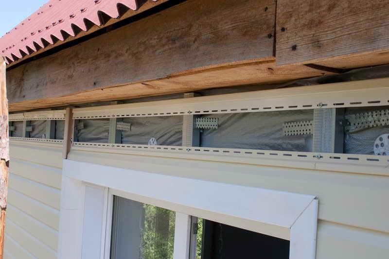 Завершающим этапом обшивки дома металлосайдингом является установка финишной планки, куда заводится последняя панель